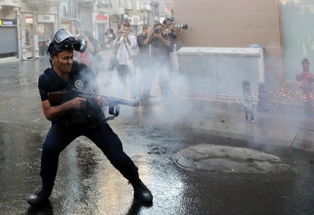 Istanbul Cop Fires Teargas (Credit: @kurtizz01)
